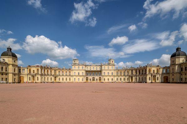 Большой Гатчинский дворец построен в 1766 – 1781 годах в Гатчине по проекту Антонио Ринальди для фаворита Екатерины II графа Григория Григорьевича Орлова. Расположенный на холме над Серебряным озером и окруженный массивом высоких деревьев, дворец производит впечатление средневекового замка.
