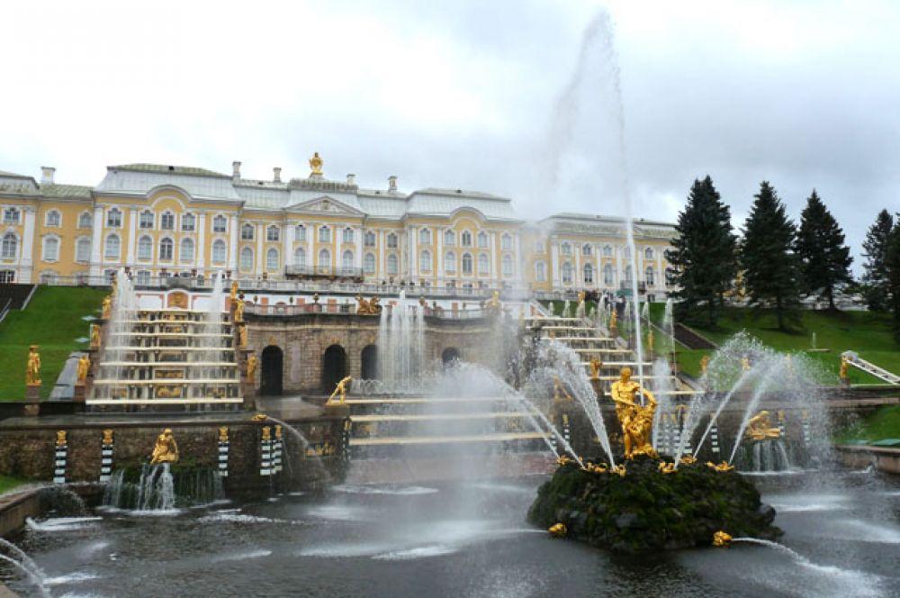 Петергоф — первоначально довольно скромный царский дворец, сооруженный в стиле «петровского барокко» в 1714—1725 годах, был перестроен Елизаветой по модели Версаля.