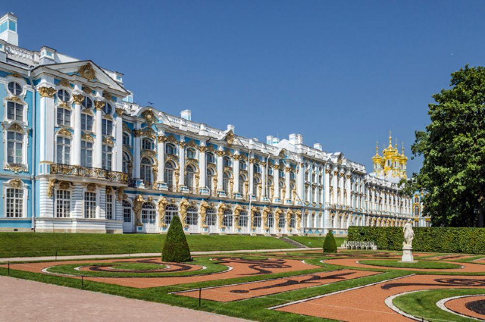 Екатерининский дворец — бывший императорский дворец, официальная летняя резиденция трёх российских монархов — Екатерины I, Елизаветы Петровны и Екатерины II. Здание заложено в 1717 году по приказу российской императрицы Екатерины I, в честь которой и называется.