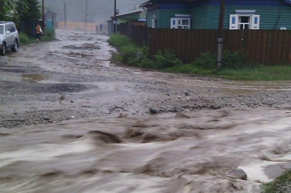С огромной скоростью вода неслась по улицам.
