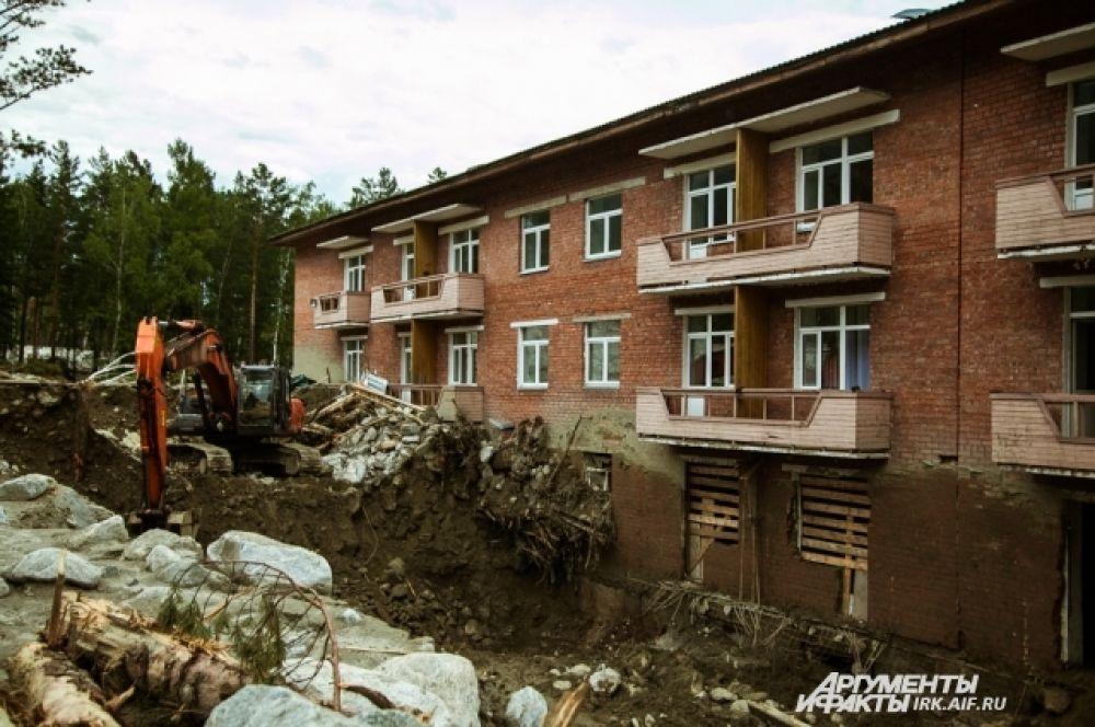 На этой фотографии видно, как откапывают пансионат «Эдельвейс». Слой камней и ила достигал высоты второго этажа.