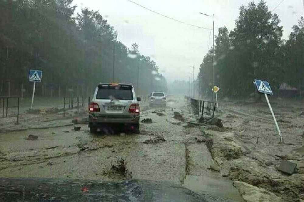 Многие отдыхающие, чьи автомобили не пострадали, попытались покинуть поселок. Но это оказалось непросто - вода рекой бежала по единственной трассе.