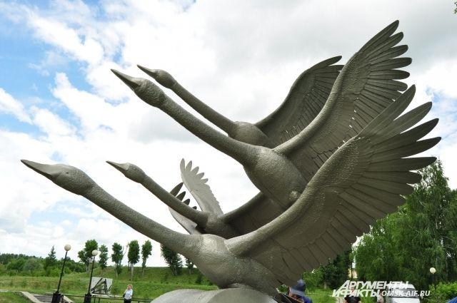 Теперь в скульптурной композиции не три, а четыре птицы.
