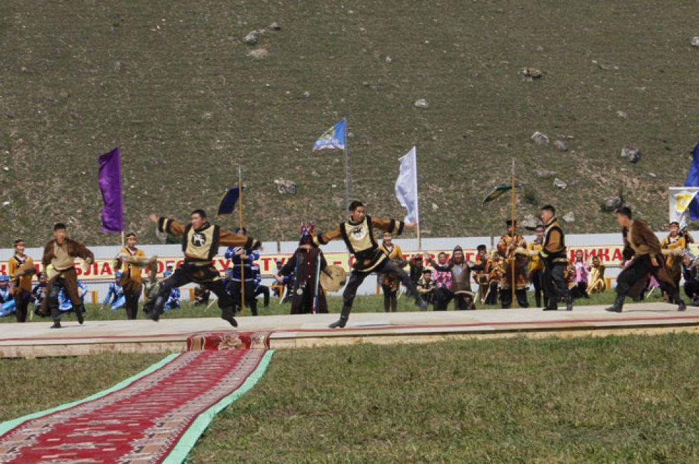 Праздник открыли национальные коллективы.