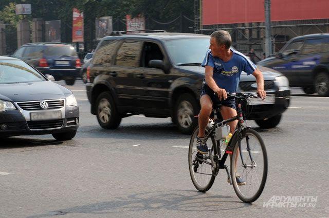 Соблюдение ПДД, использование шлема и другой защиты уберегут водителей двухколёсного транспорта на дороге.