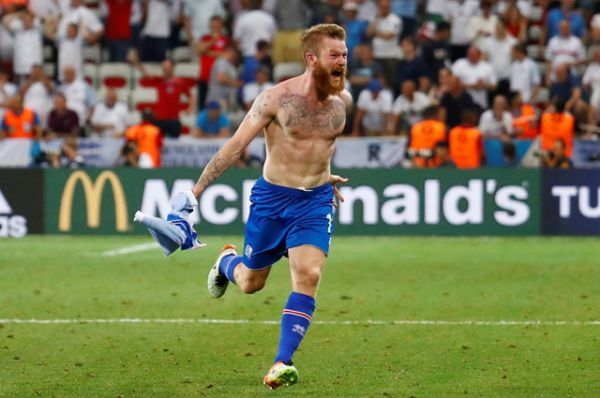 Исландский футболист Арон Гуннарссон после игры.
