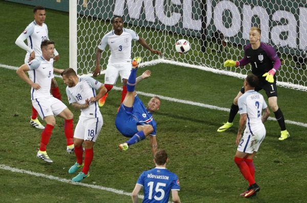 В Ницце сборная Исландии сенсационно обыграла Англию (1:2), отправив звёзд Английской Премьер-лиги домой.