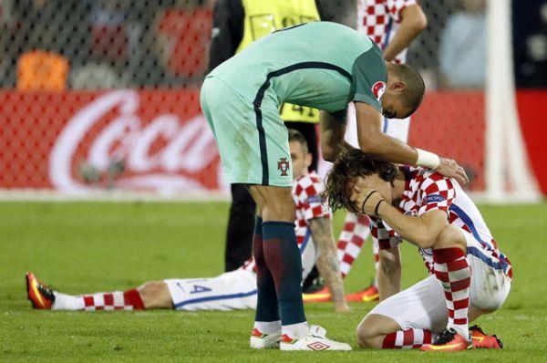 Футболист Пепе и хорватский полузащитник Лука Модрич после игры.