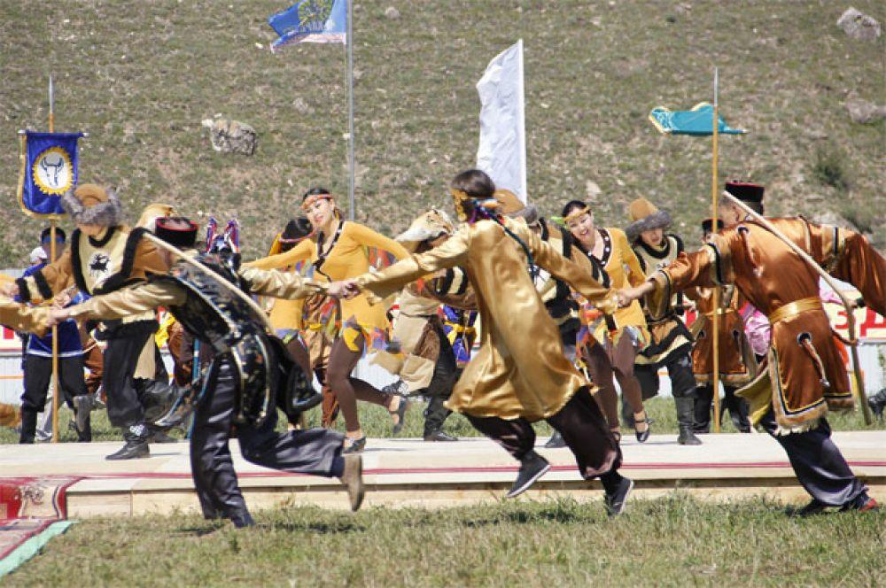 Красивые бурятские танцы инсполнил ансамбль «Ангара».