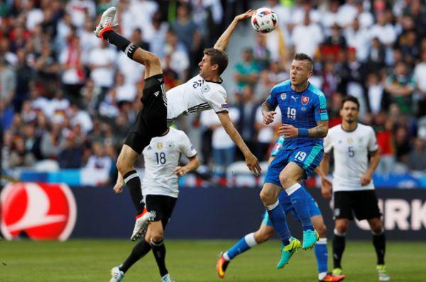 Сборная Германии напомнила о своём статусе фаворита и действующего чемпиона мира, разгромив словаков со счётом 3:0 в 1/8 финала Евро.