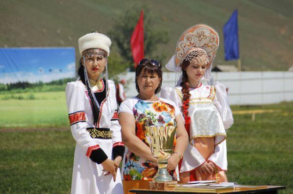 Девушки в национальных костюмах очень украсили открытие.