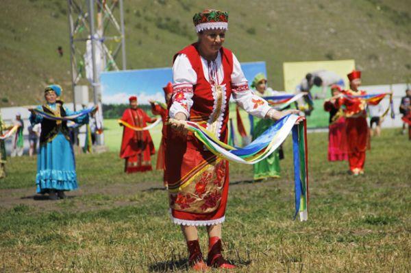 После перед зрителями выступил народный коллектив, представив костюмы разных наций.