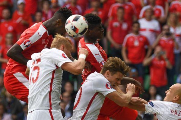 Первым четвертьфиналистом стала сборная Польши, победившая по пенальти (4:5) команду Швейцарии.