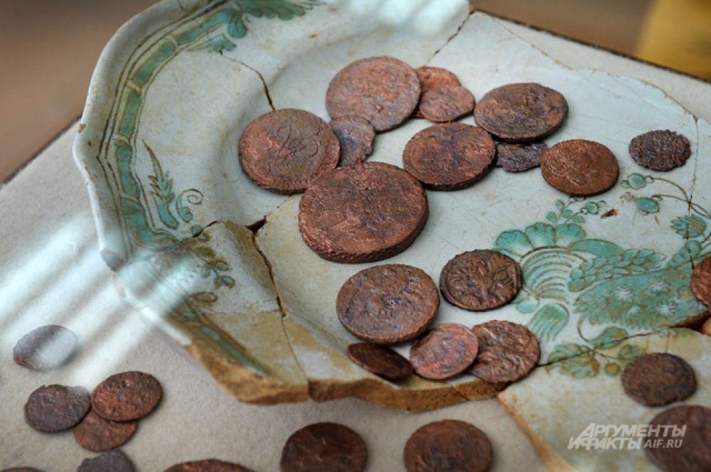 В основном это мелкие монеты XVIII века — деньги и полушки.