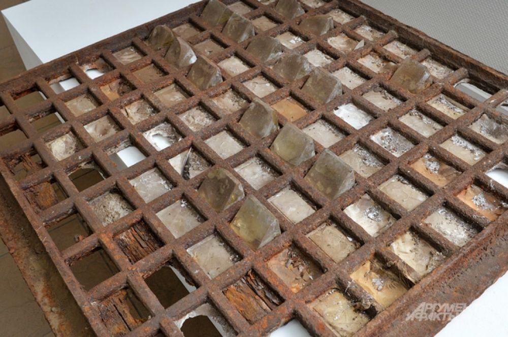 Чугунная решетка со световыми призмами, найденная на улице Мясницкая у Доходного дома Строгановского училища.