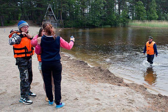 Дети, спасённые в ходе поисково-спасательной операции сотрудниками МЧС РФ в районе озера Сямозеро.