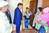 Мэр Омска Вячеслав Двораковский лично проверяет качество новых кварир для переселенцев.