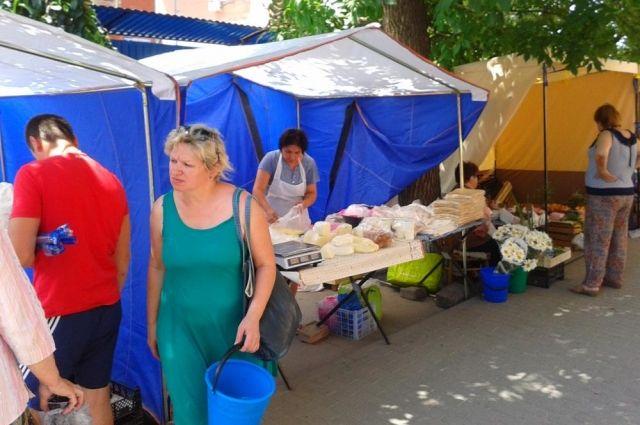 На тротуарах – торговые палатки и мусор.