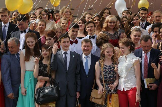 Анатолий Локоть мэр Новосибирска вместе с выпускниками.