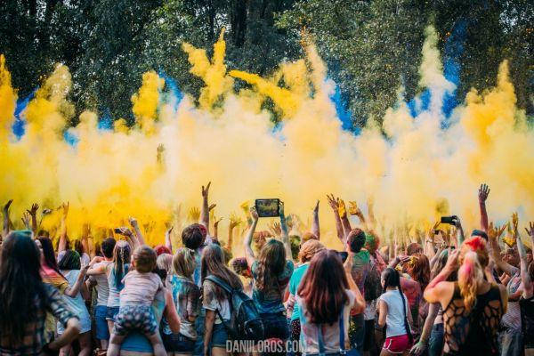 Здесь был даже своего рода флешмоб по вбрасыванию желтой и голубой краски, чтобы образовать флаг Украины