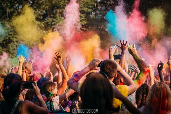 Так как погодные условия весны в Индии и весны в Украине отличаются, было принято решение о проведении этого праздника летом