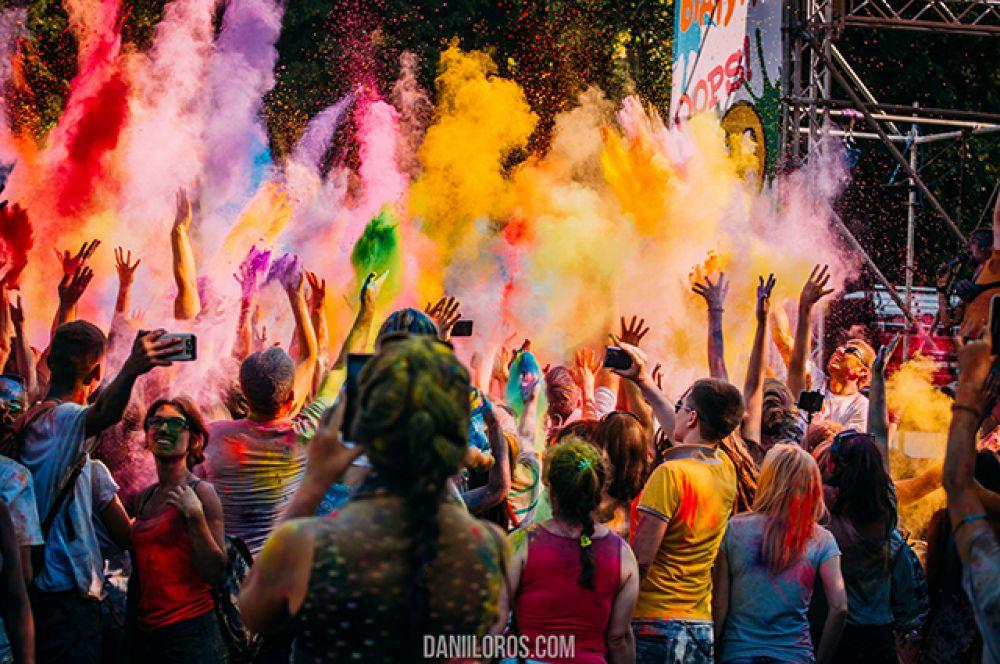 Обычно на этом празднике происходят массовые гуляния, обсыпания красками из трав и натуральных красителей