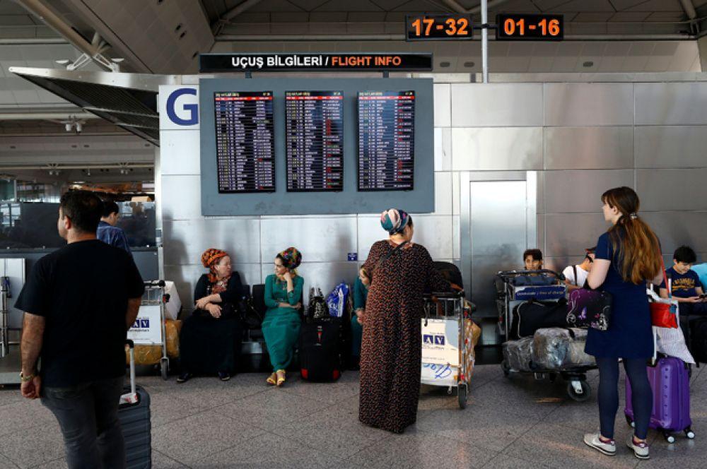 Пассажиры задержанных рейсов ожидают вылета.