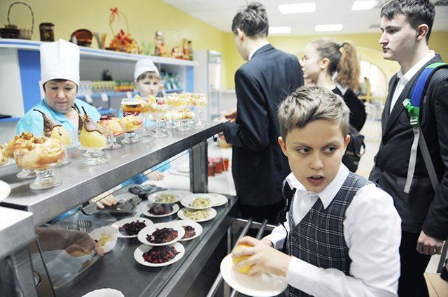 Меню в школьных столовых продумывается с тем расчётом, чтобы блюда были максимально полезными для детей.