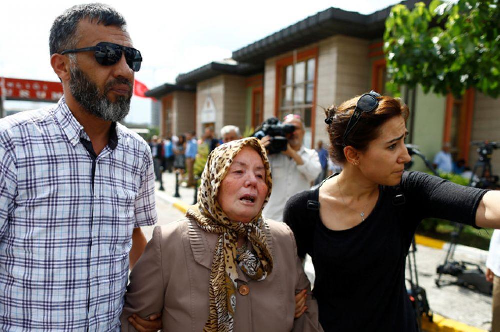 Родственники погибших в аэропорту Стамбула.