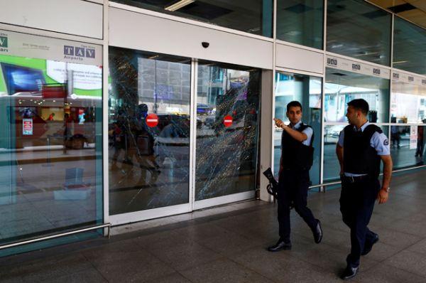 Сейчас силовики тщательно проверяют всех входящих и выходящих из здания, а также их багаж.