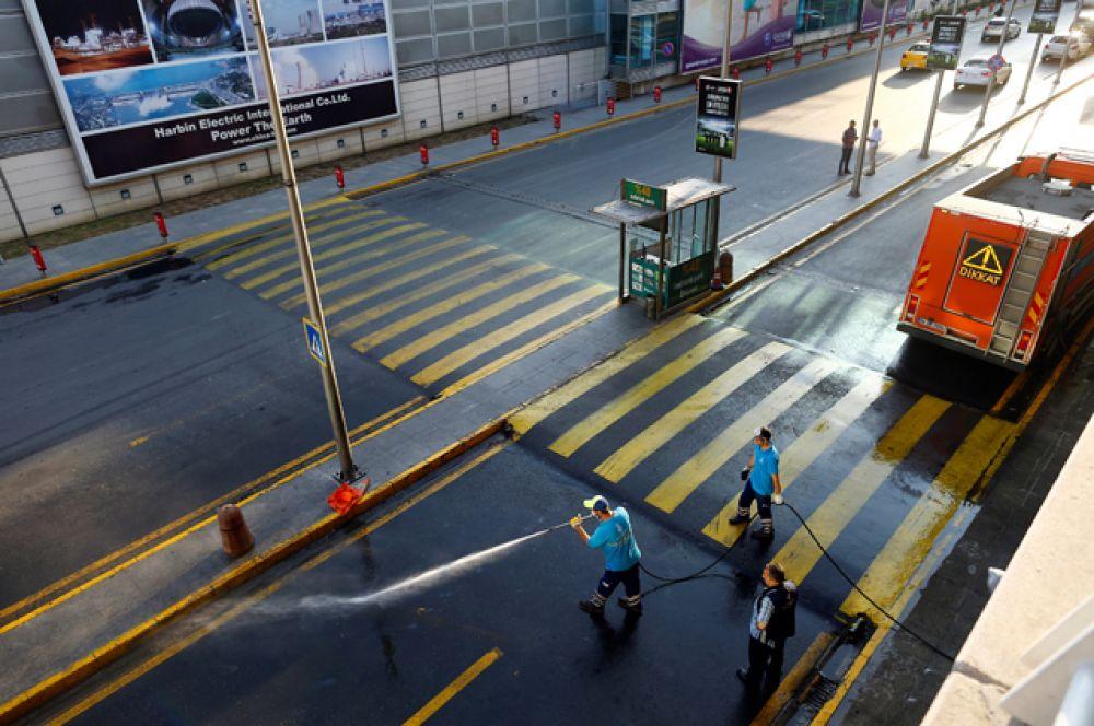 Международный аэропорт Стамбула, накануне подвергшийся атаке террористов, возобновил работу.