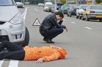Один из автомобилей отбросило на тротуар, где он снес светофор и сбил двух женщин