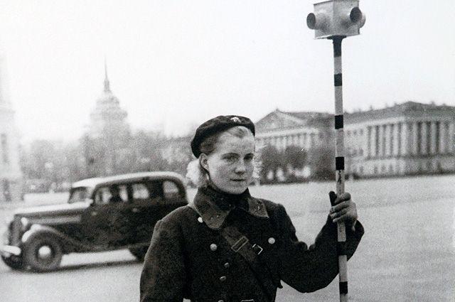 Милиционер-регулировщик с аккумуляторным светофором. 1943 г.
