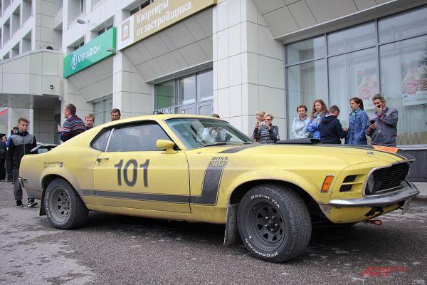 Спортивный жёлтый Ford Mustang вызвал особый интерес у пермяков.