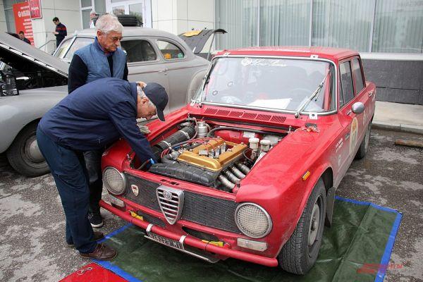 Многие участники ралли сразу же приступали к ремонту автомобилей.
