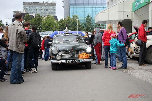 Жители города с интересом разглядывали ретро-машины.