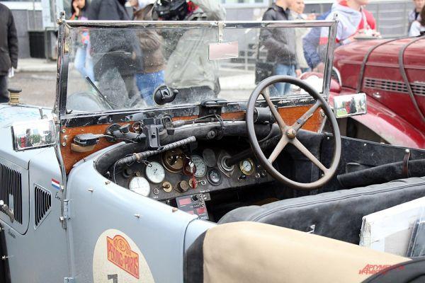 Во многих салонах автомобилей руль находился справа.