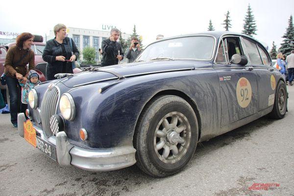 Красавец Jaguar MkII остался на фотографиях многих пермяков.