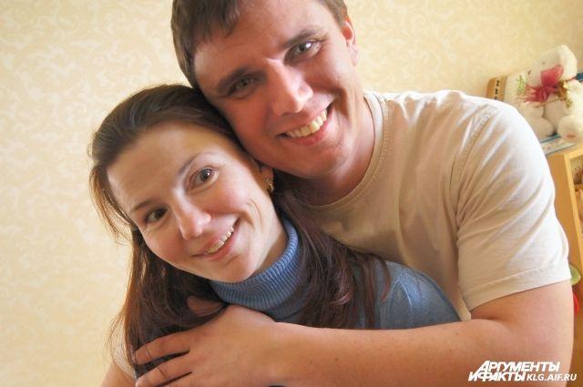 Елена с мужем Алексеем после выписки из роддома.
