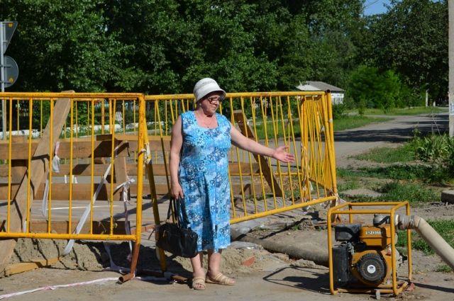 К насосам, которые днём и ночью качают канализационные стоки, в Зернограде уже привыкли.