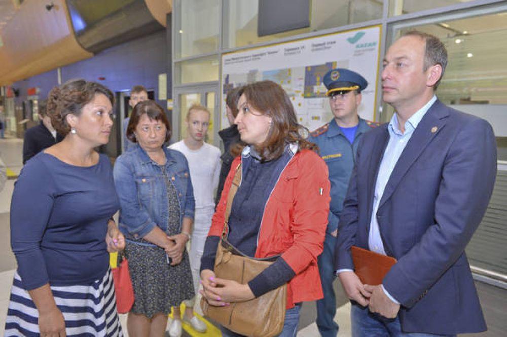 В казанском аэропорту детей встречали представители аппарата президента Татарстана, в том числе Лейла Фазлеева