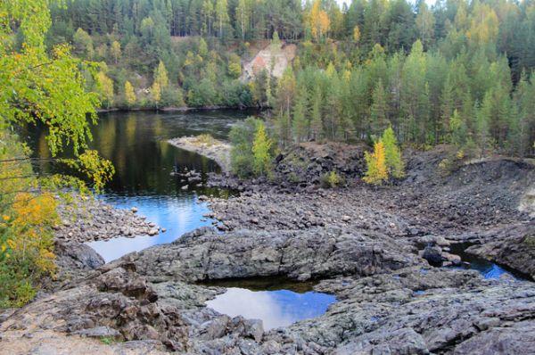 Кратер вулкана Гирвас. В Кондопожском районе, на осушенном русле реки Суны, можно отыскать самый древний (около 2 млрд. лет) кратер вулкана в Карелии.