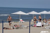 """Пляж Янтарного первым в России получил награду """"Голубой флаг"""". Туроператоры признают, что это заслуженно. Но мест для размещения отдыхающих в округе недостаточно."""