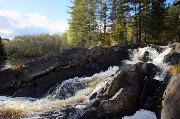 Рускеальский водопад. Небольшой (по перемене высок) водопад насыщенно оранжевого цвета (из-за железистых компонентов) знаменит, в первую очередь тем, что именно здесь снимали кадры фильма «А зори здесь тихие».