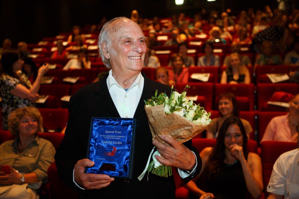Карлос Саура – испанский классик, кинорежиссёр, фотограф, сценарист, ставший в фестивале 38-го ММКФ героем специальной программы «Карлос Саура в музыке». 25 июня в рамках ретроспективы его творчества, прошёл специальный показ фильма «Танго» и встреча зрителей с мэтром испанского кинематографа. Перед началом сеанса режиссеру вручили специальный приз «За выдающийся вклад в мировое киноискусство».