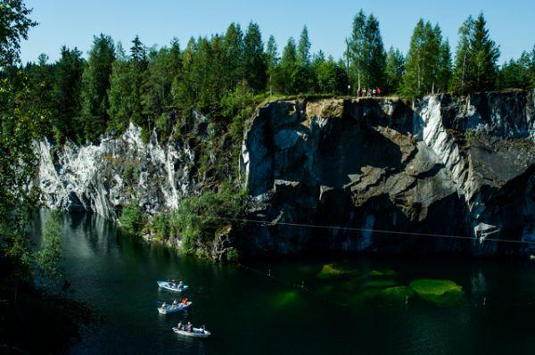 Рускеальный мраморный карьер. Раньше здесь были крупнейшие мраморные каменоломни, сейчас – красивейший природный парк с пешими маршрутами разной сложности, возможностью покататься на лодках, заглянуть в обвалившиеся шахты и уникальный «итальянский» карьер.