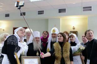 Май 2015 года. Надежда Земскова делает селфи с патриархом Кириллом после освящения кафедрального собора.