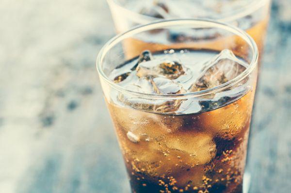 Сладкие газированные напитки. Они содержат большое количество сахара или сахарозаменителей, обезвоживают организм, к тому же часто вызывают привыкание.