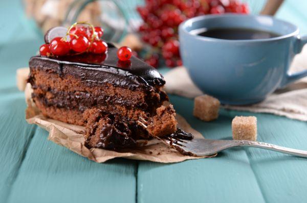 Пирожные и тортики. Они способствуют обезвоживанию организма.