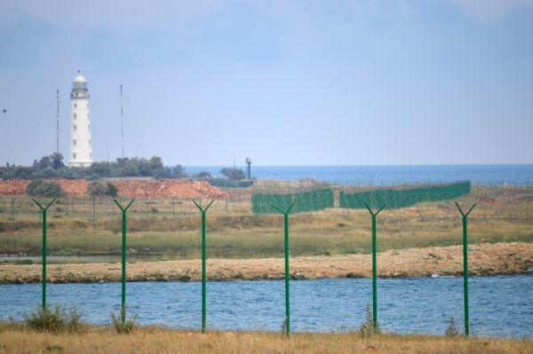 В зоне поражения находятся объекты Минобороны РФ, промышленные и гидротехнические сооружения, поэтому обезвреживать на месте саперы не рискнули.